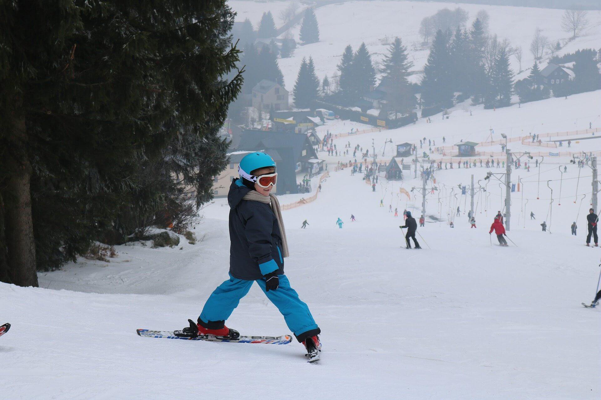 Nauka jazdy na nartach dla dzieci – sprawdź gdzie, z kim i jak długo się uczyć